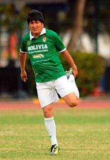 ボリビア大統領がプロサッカー選手に!