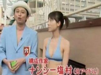 水着姿の塩村文夏議員と有吉弘行さんのツーショット
